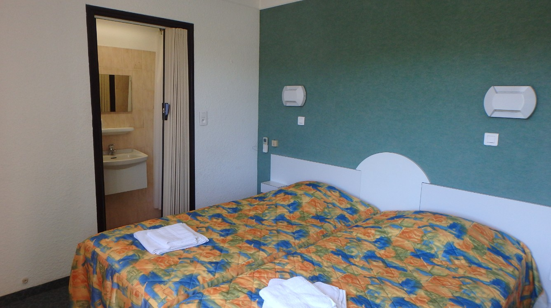 chambre pour 2 personnes sisteron compos e de deux lits simples. Black Bedroom Furniture Sets. Home Design Ideas